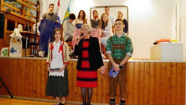 Schulleiterin Ljiljana Radoš mit Moderatorenpaar Antonija und Dario begrüßen die Gäste © PASCH-Team Pula