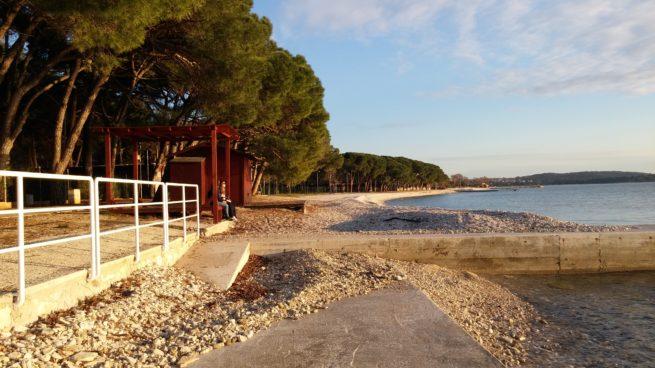 Der Anfang des Strandes des Bi Village Camps, 5 Minuten Spaziergang vom Zentrum von Fazana gelegen.