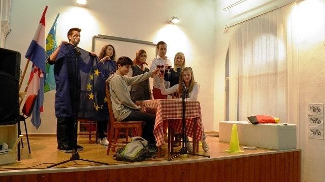 """Schlussszene aus dem Sketch """"Fit für Europa?"""" © PASCH-Team Pula"""