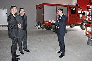 Gespan Valter Flego (links) und Medulins Bürgermeister Goran Buić beim Besuch der Feuerwehr in Medulin