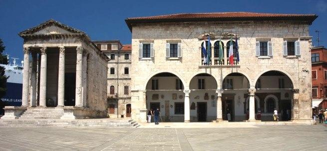 Das Rathaus der Dtadt Pula befindet sich auf dem Forum neben dem Augustustempel. Foto: borismiletic.com