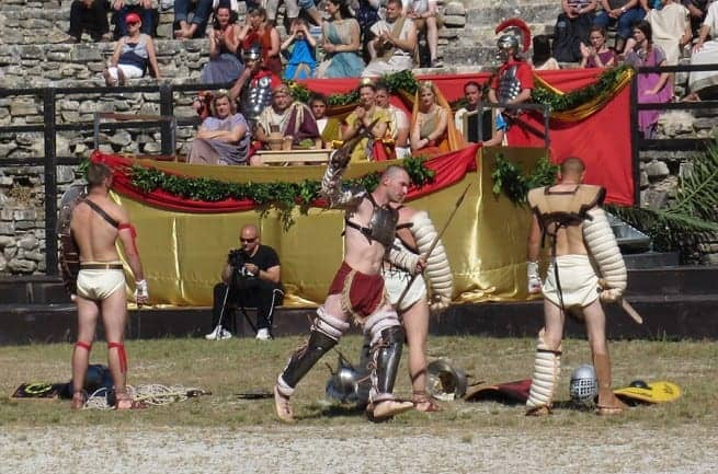 Die Gladiatoren stellen sich dem Publikum im Amphitheater vor. Foto: InIstrien.hr