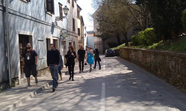 ISTRAKON Besucher beim Spaziergang in Pazin. Foto: InIstrien.hr, Autor: Lorena Žufić