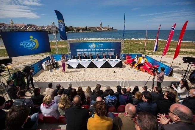 Die Pressekonferenz fand an der Peškera Bucht statt. Hier wird sich im Juni der Hauptcourt des Turniers befinden. Foto: Press