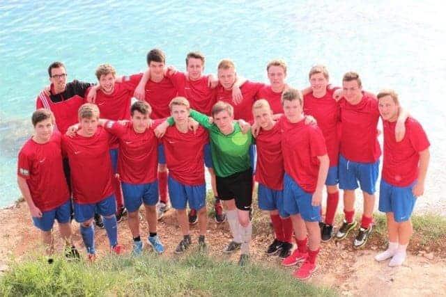 Mannschaftsfoto direkt an der kroatischen Adriaküste. © Foto: privat
