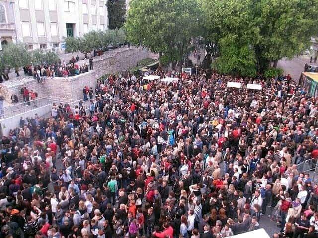 Die versammelte Menge auf dem Portarata Platz. Foto: InIstrien.hr, Autor: Valter Žufić