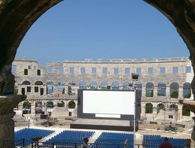 """Blick durchs """"Fenster"""" des Amphitheaters während des Filmfestivals. Foto: Enio Pašalić"""