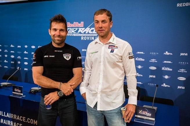 Die Piloten Hannes Arch (Sieger in Rovinj 2014) und Martin Sonka posieren in Rovinj nach der Pressekonferenz. Foto: Press