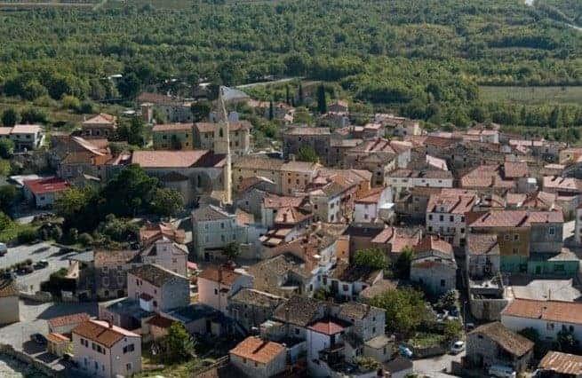 Die Gemeinde Brtonigla zählt nur etwa 1.700 Einwohner, gehört aber zu den interessantesten Orten Istriens, auch kulinarisch. Foto: Coloursofistria.com