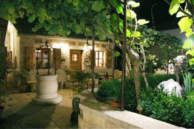 Der Kiwi spendet im Sommer Schatten. Foto: casa-nova-porec.com