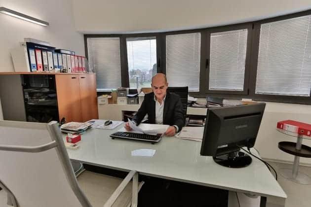 Am Schreibtisch ist Špelić selten vorzufinden.