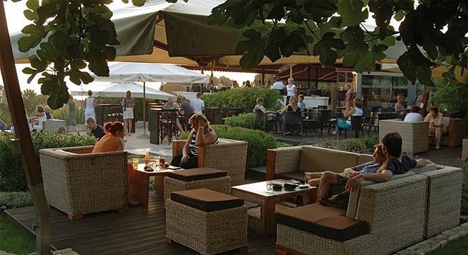 Essen kann man in der E & D Lounge Bar auch. Foto: Eanddlounge.com