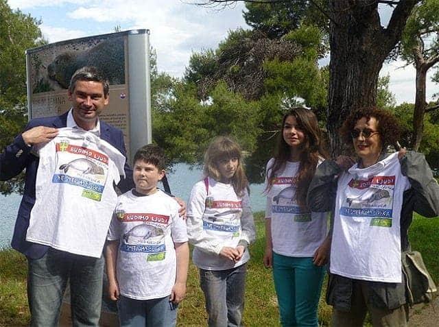 """Miletić mit """"Sei Mensch - achte den Meer-Mann"""" (die Robbe wird auch so genannt) T-Shirt. Foto: Pula.hr"""