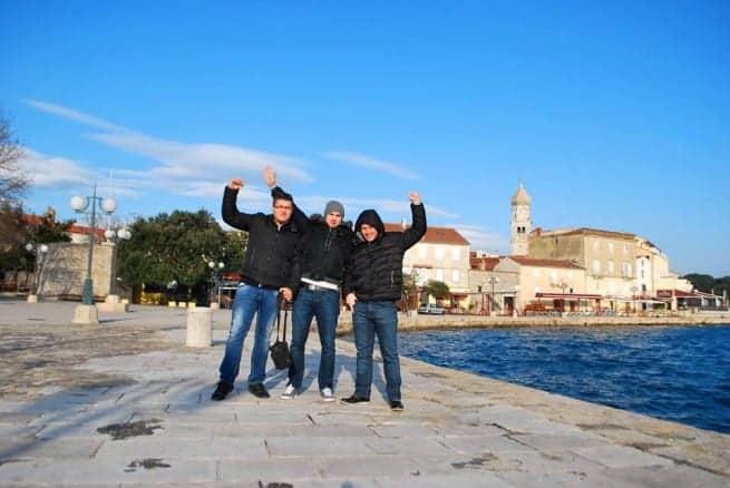 Bei Wind und Wetter unterwegs um neue Wetterstationen anzubringen - Petar Radovan, Mauro Kesovija und Alen Šterpin auf Krk. Foto: Facebook