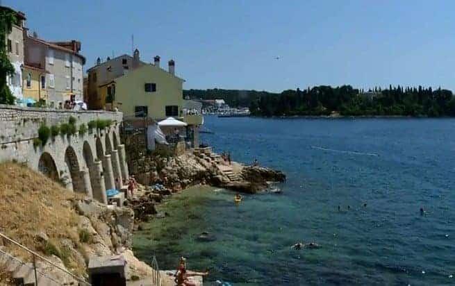 Screenshot aus dem Video. Im gelben Gebäude befindet sich das Restaurant Puntulina.