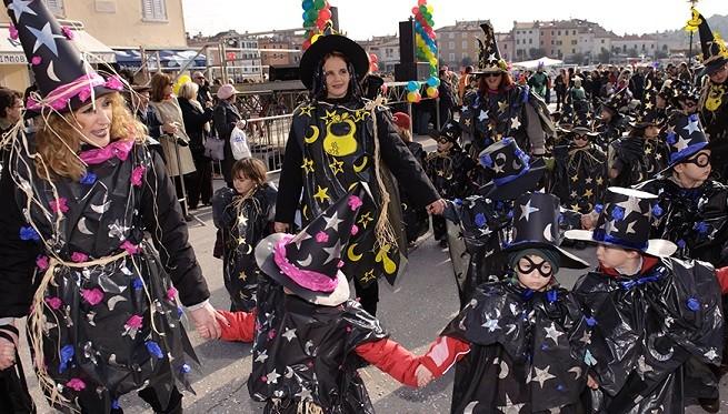 Kleine Zauberer beim Karneval in Rovinj. Karnevalsumzüge fanden auch in Pula und Umag und anderorts statt. Zeit für einen gemeinsamen, zentralen großen Umzug in Istrien? Foto: Rovinj.hr