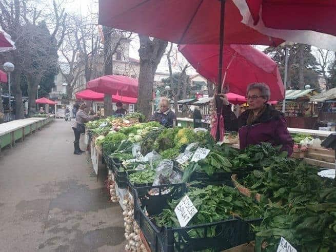 Viel Grünzeug, aber nur wenige Käufer unter der Woche. Foto : Enio Pašalić