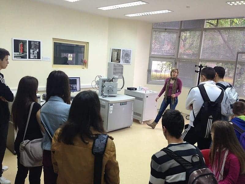 Studenten aus Pula in einem der METRIS Labors. Foto: METRIS