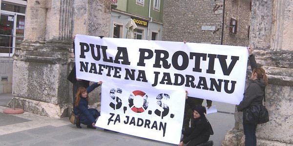 Proteste gegen Ölbohrungen in der Adria gab es am Freitag entlang der ganzen kroatischen Küste. Hier beim Triumphbogen der Sergier in Pula. Foto: HRT