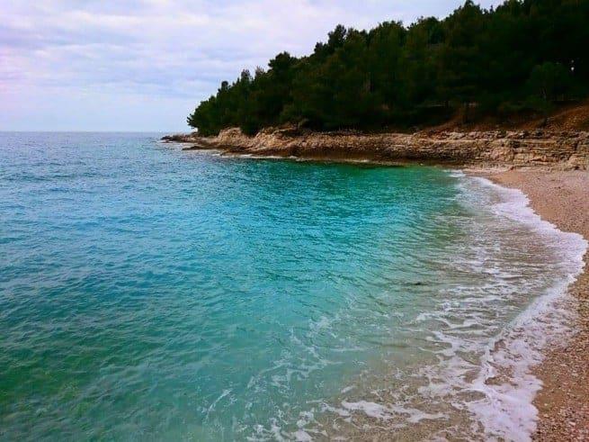 Die Gortanova Bucht am Lungomare von Pula. Die Wassertemperatur beträgt ca. 17 Grad. Foto: Enio Pašalić