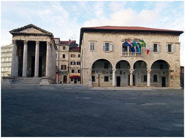 Pulas Rathaus auf dem Forum neben dem Augustustempel. Foto: InIstrien.hr, Autor: Enio Pašalić