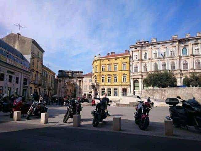 Vor dem Triumphbogen der Sergier. Foto: Enio Pašalić