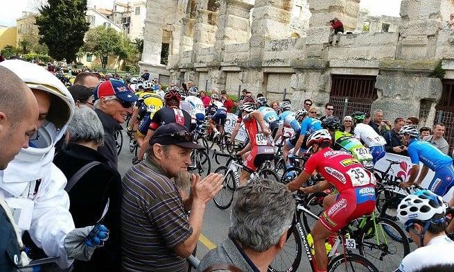 Start der Istrien-Etappe der Tour of Croatia. Der Herr links im Bild ist kein Imker, sondern Astronaut. Was er auf dem Foto zu suchen hat erzählen wir ein andermal. Foto: Valter Žufić