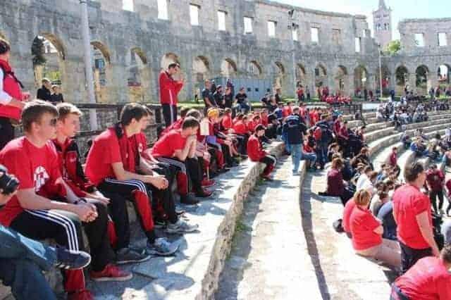 Die Mannschaft des Tus Amelunxen im Amphitheater von Pula. Foto: Facebook Tus Amelunxen