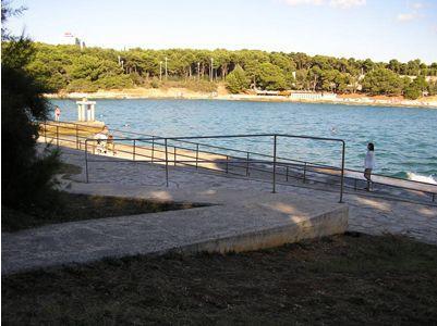 Auf der Westseite des Strandes kommt man auch im Rollstuhl zum Meer. Foto: Istra.hr