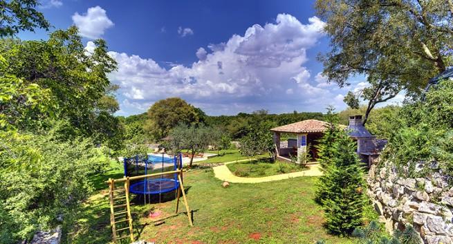 Viel Platz, Ruhe und einen Pool bietet die tolle Villa der Familie Višković in Valtura bei Pula. Foto: Višković