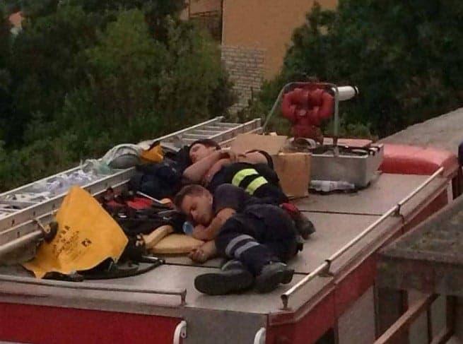 Dieses Foto von Feuerwehleuten die sich nach dem nächtlichen Einsatz um Kršan kurz ausruhen kursiert heute auf Facebook. Der Autor ist uns nicht bekannt