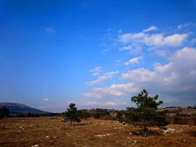 Karstplateau Nuglanski kras zwischen den Orten Slum und Nugla mit Žbevnica im Hintergrund. Foto: Enio Pašalić