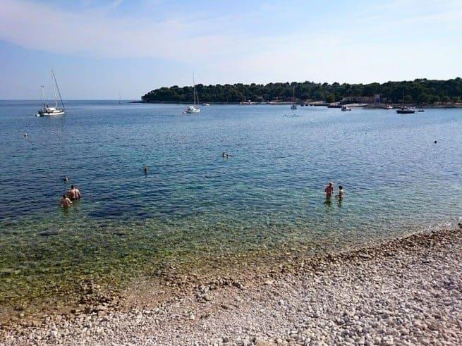 Zelenika Strand in Pula am Wochenende. Es gibt immer noch viele tolle und ruhige Buchten um Pula. Foto: Facebook gradpula.com/Klara Belušić